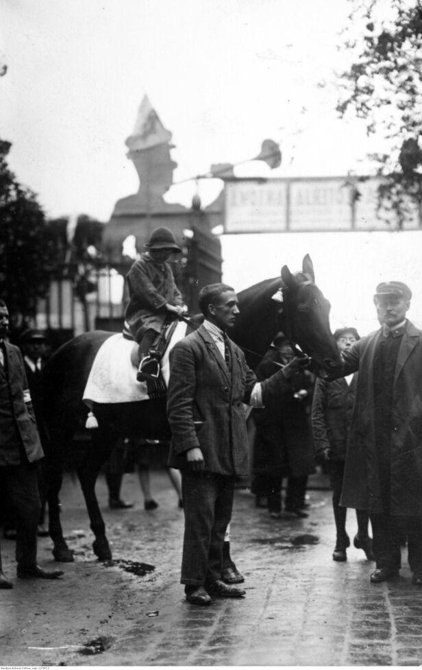 Jeden z uczestników zabawy z koniem, jako nagrodą w loterii fantowej nac