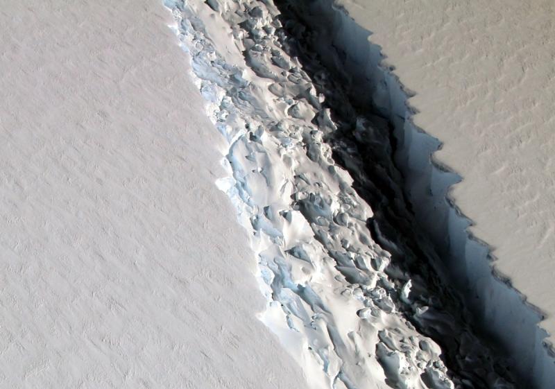 Powiększająca się szczelina na lodowcu Larsen C
