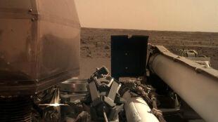 """""""Największe ryzyko to było lądowanie"""". Marsjańska sonda robi zdjęcia i szuka miejsca do badań"""