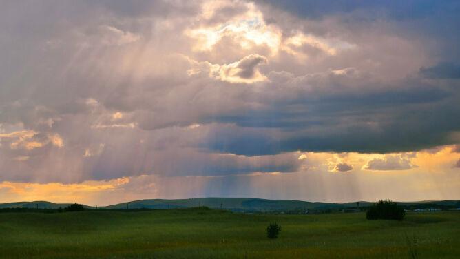 Prognoza pogody na dziś: zza chmur zacznie wyglądać słońce