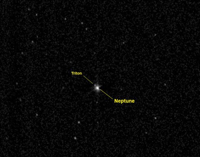 Neptun i jego największy księżyc Tryton. Zdjęcie wykonała sonda, która zmierza do Plutona.