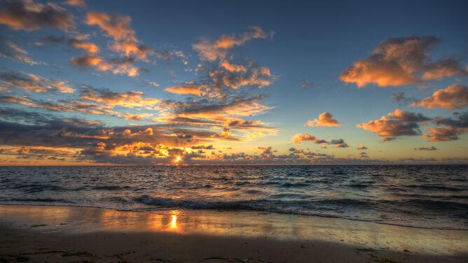Weekend najlepiej spędzić nad morzem. <br />Reszta kraju z deszczem i burzami